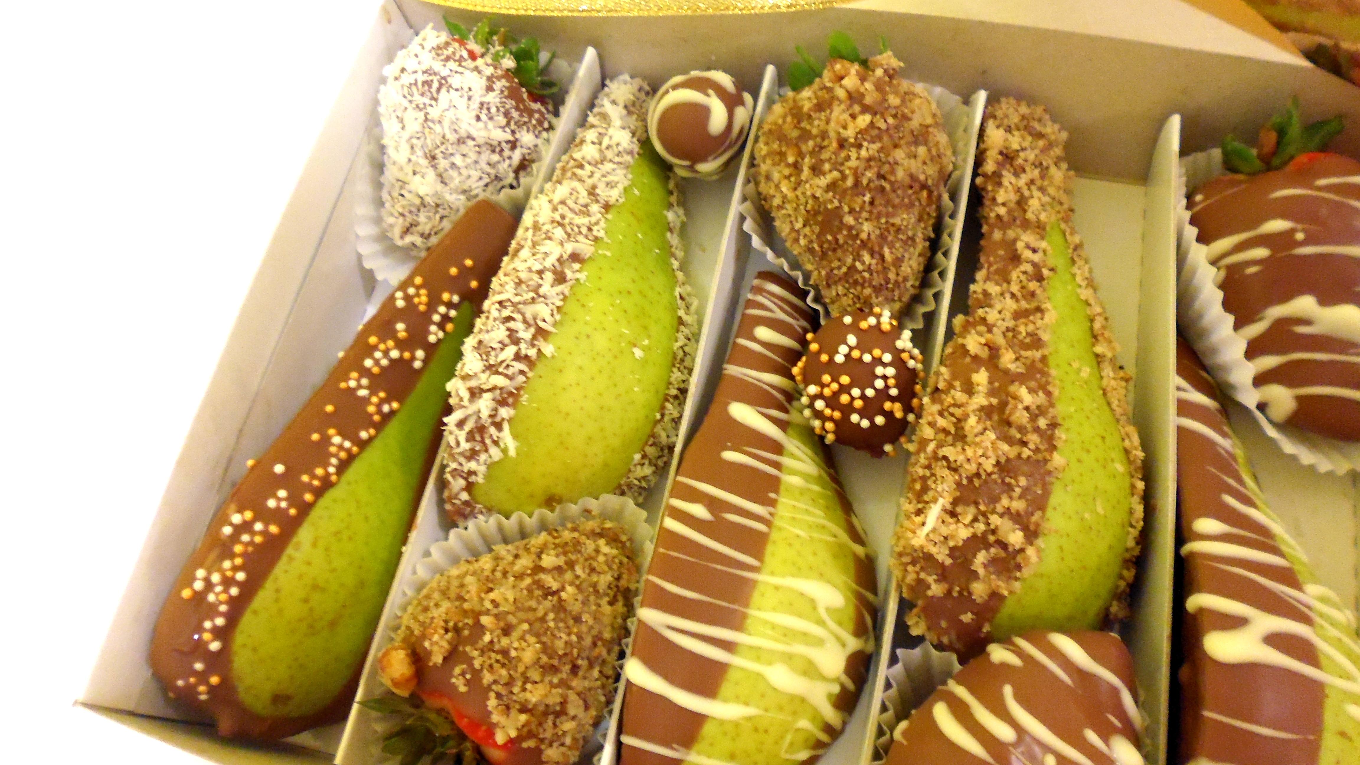 92a2e1d79 Veľmi efektne a štýlovo, na oslavách či svadbách pôsobí ovocie v čokoláde  naaranžované na 3 poschodovom stojane zlatej či striebornej farby.